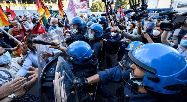 Lombardia, scontri e proteste sotto alla Regione. Antagonisti pretendono di sfilare in corteo