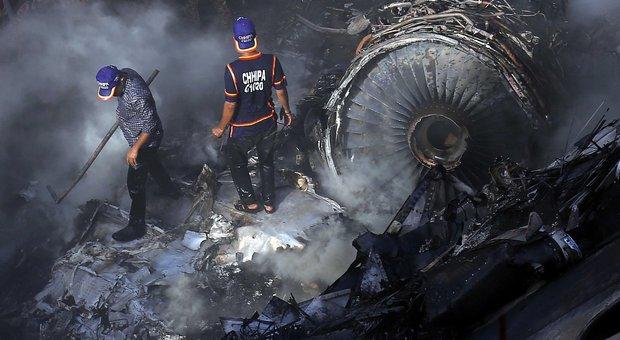 Aereo precipita sulle case in fase di atterraggio a Karachi: a bordo 107 persone