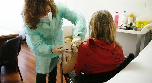 Lombardia, caos prenotazioni per il vaccino per prof e anziani: sito Aria in tilt
