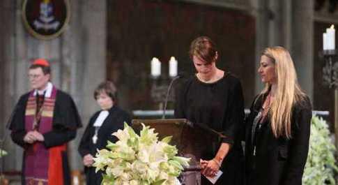 Germanwings, nel Duomo di Colonia la messa per le vittime: 150 candele, una è per Lubitz