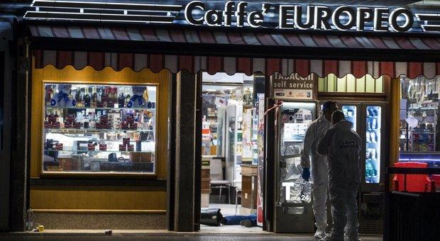 Roma, rapina con spari in un bar di Cinecittà: un ladro ucciso, l'altro ferito. Grave il titolare