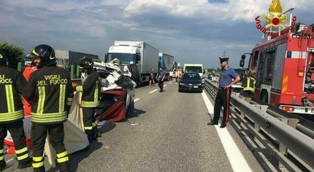 Incidente stradale sulla A4 tra una macchina e due tir: morto un automobilista