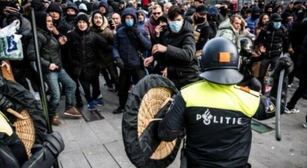 Lockdown, proteste in Olanda: centinaia in strada, scontri e arresti. Il premier: «Sono criminali»