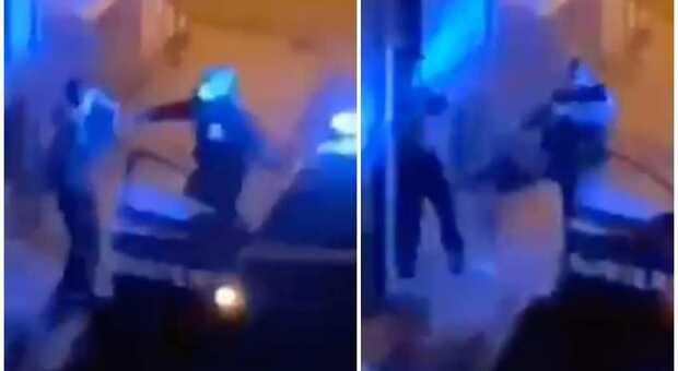 Ragazzo preso a calci dai carabinieri perché viola il coprifuoco: video choc nel Napoletano. L'Arma apre indagine