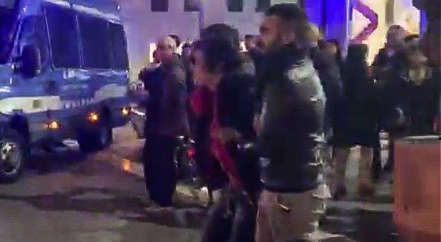 La prof di matematica in piazza coi centri sociali: «Sputi e insulti ai poliziotti». Ora è indagata