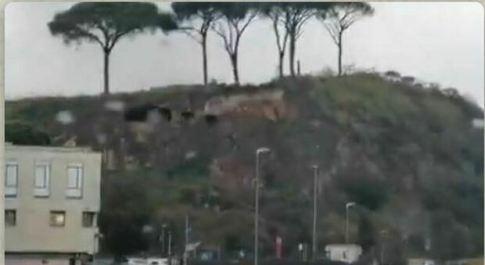 Roma, frana travolge le grotte antiche di Saxa Rubra. Soprintendenza: «Crollato tutto il costone di tufo»