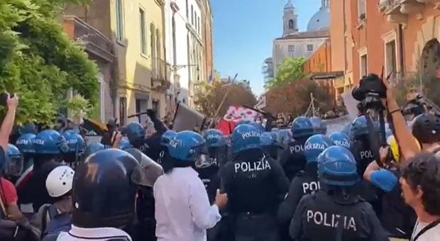G20 Venezia, tafferugli e cariche della polizia durante le manifestazioni di protesta