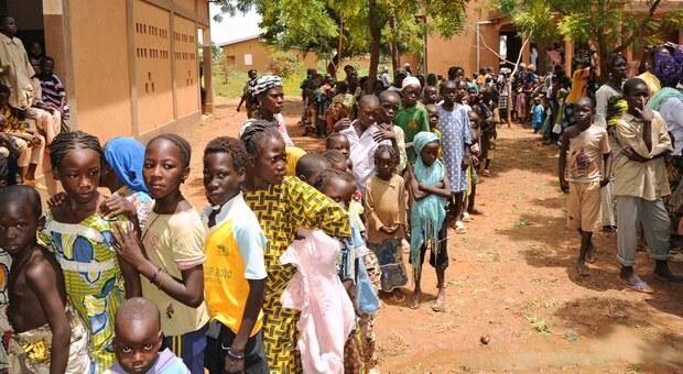 Covid-19, in Sudafrica sistema sanitario a picco: bambini rovistano nella spazzatura