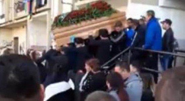 Coronavirus, nomadi rom organizzano un funerale: esplode un focolaio di Covid a Campobasso