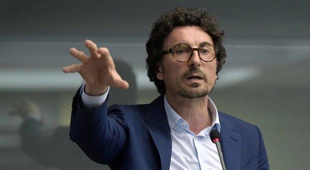 Decreto sicurezza bis, scontro nel governo. Toninelli: si farà dopo il voto. Salvini: no, è pronto per il Cdm
