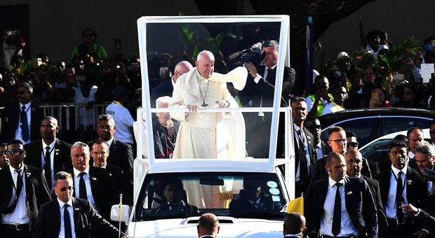 Papa Francesco alle Mauritius, appello per il clima e per un'economia che non sacrifichi gli uomini