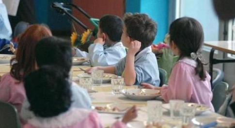 Pomezia, alla mensa dolce solo ai bambini che possono pagare. Bufera sul sindaco M5S