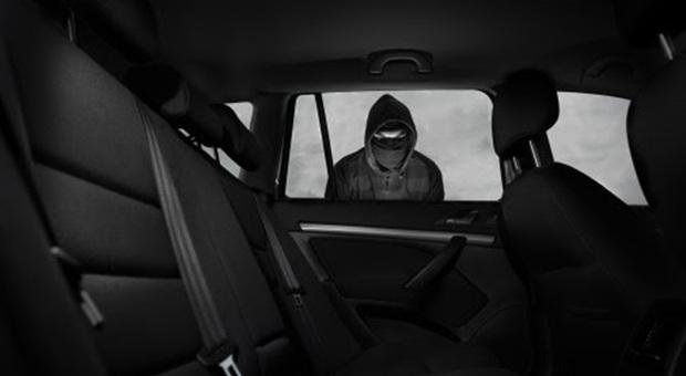 Ruba un'auto ma si accorge del bimbo seduto dietro: torna dalla madre e la rimprovera