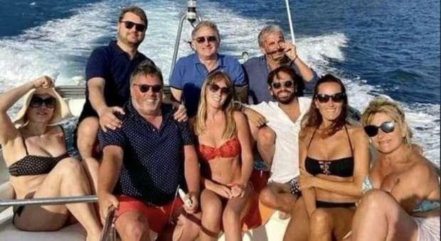 Maria Elena Boschi, foto in bikini al largo di Ischia pubblicata e poi rimossa