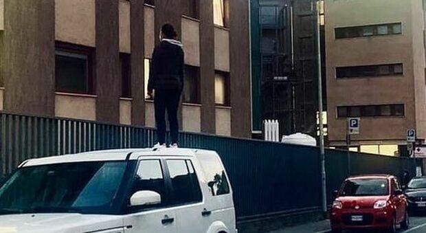 Covid, in piedi per ore sul tettuccio dell'auto per vedere la mamma ricoverata: la foto commuove il web
