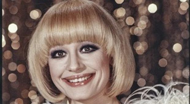 """Raffaella Carrà, dall'ombelico nudo al """"casco"""" dei capelli di Vergottini, lo stile di una star"""
