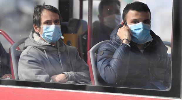 Fase 2, in Lombardia mascherine e guanti obbligatori su bus e metro: Fontana firma l'ordinanza