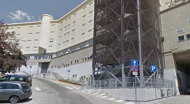 cadavere di un giovane nei pressi dell'istituto alberghiero: è giallo sui motivi della morte