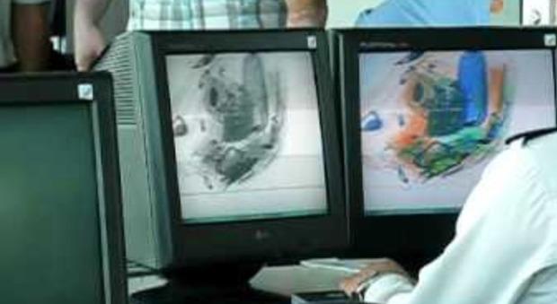 Nascondeva un neonato in valigia, donna fermata nelle Filippine