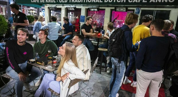 Variante Delta, boom di contagi in Olanda: +803% in una settimana, tornano le chiusure (ma non le mascherine)