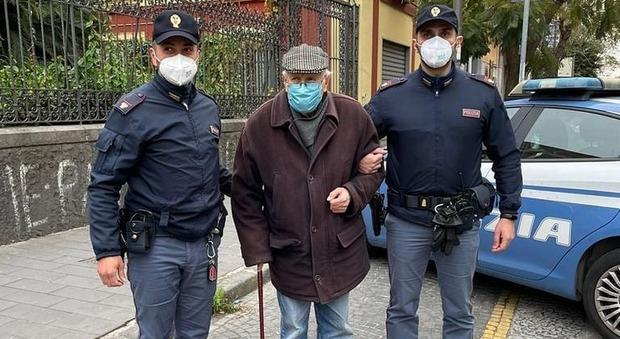 Covid, deve sottoporsi al vaccino. Anziano chiede aiuto agli agenti di polizia