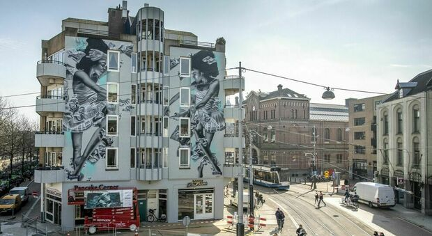 """Roma esporta il murales mangia-smog: ad Amsterdam un intero palazzo diventa """"green"""" con l'artista JDL"""
