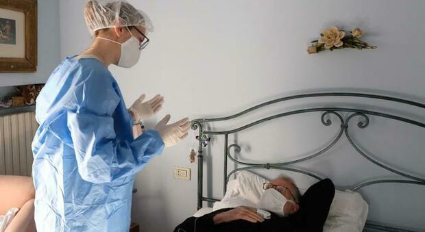 Covid, i pazienti sintomatici sono più contagiosi nei primi cinque giorni. E dopo il nono non infettano più