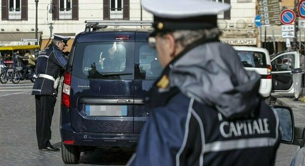 Roma, perde controllo della macchina per un malore e va sbattere contro un'auto: morto 80enne