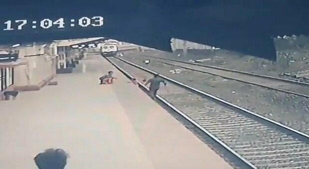 Ferroviere salva bambino caduto sui binari del treno