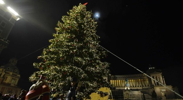 Albero Di Natale Roma.Roma Raggi Accende Spelacchio E Parla Con L Albero Di Natale Folla A Piazza Venezia