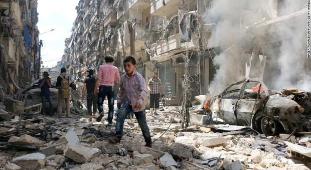 Siria, nuovi raid ad Aleppo: 90 morti, tra le vittime molti bambini