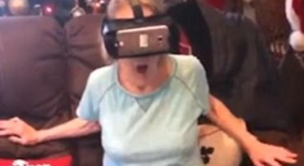 Usa, la nonna va sulle montagne russe con la realtà virtuale: il video è esilarante