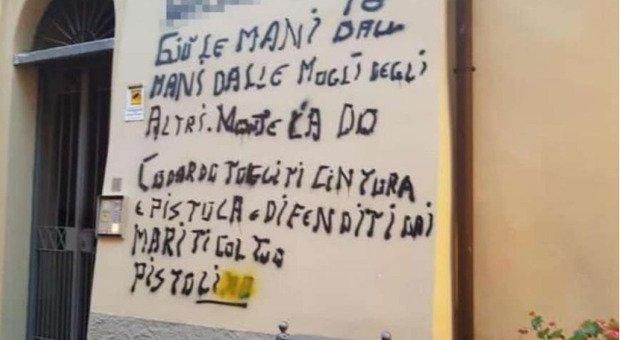 """""""Giù le mani dalle nostre mogli"""", murales contro maresciallo dei Carabinieri a Bellano"""