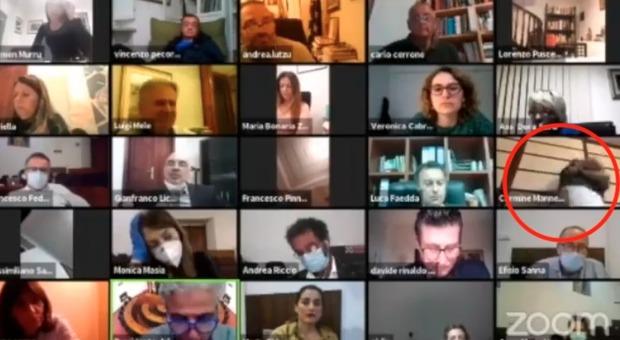 Si spoglia con la webcam accesa: gaffe a luci rosse al consiglio comunale in streaming