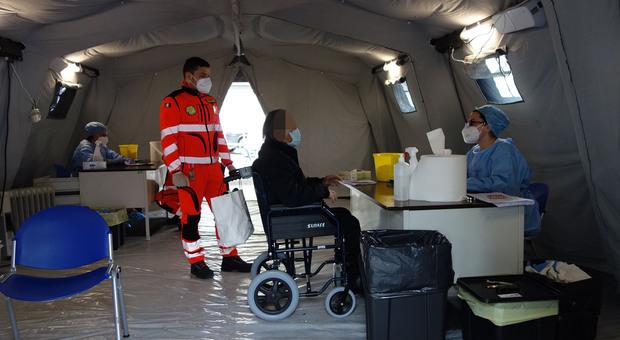 Covid, due medici positivi e più ricoveri gravi: intubato un 32enne. Isola Gra Sasso verso il lockdown