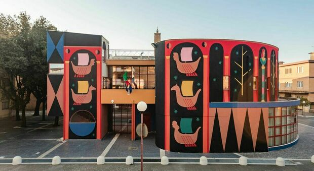 Roma, tra Dante, Virgilio e l'Eneide, la biblioteca diventa un'opera di street art