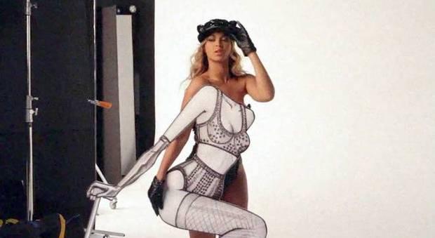 Calendario Hot Backstage.Beyonce Calendario Hot E Nel Backstage Mostra Il Lato B