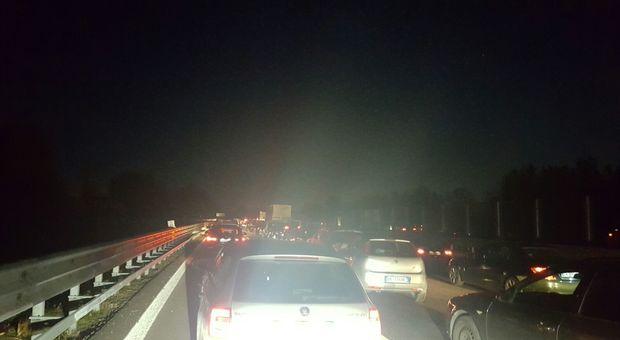 Treviso, mitra e chiodi in autostrada, i banditi assaltano un furgone portavalori: bloccata l'A27