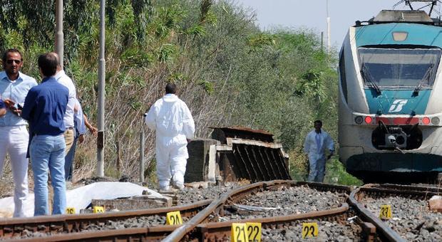 Si lancia dal treno in corsa e muore: migrante voleva evitare i controlli. Dirigente Fs: «Meglio lui di un'altra persona»