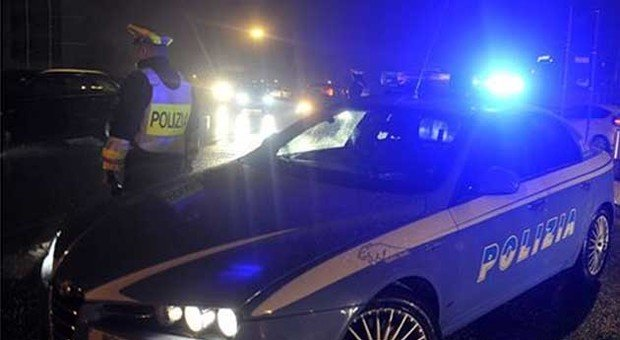 Roma, inseguimento da film sulla Nomentana fra la polizia e due banditi: feriti, uno è grave