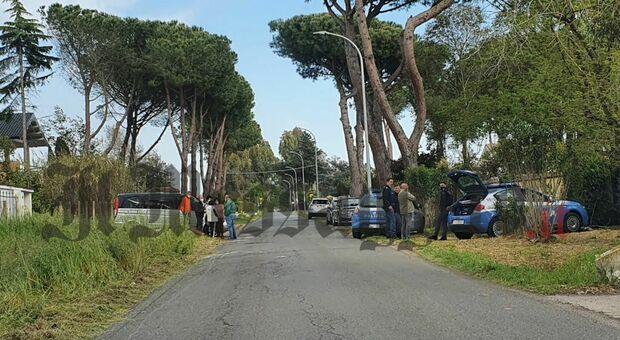 Incidente mentre pulisce un terreno: trattore si ribalta, morto un uomo