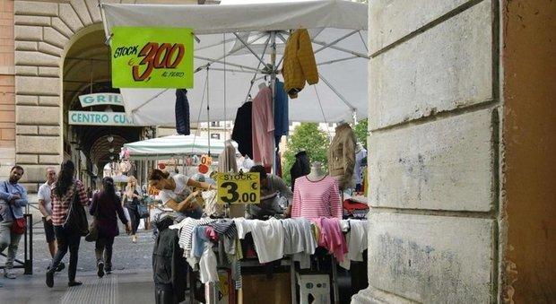 Roma, a Piazza Vittorio bancarelle via dai portici. «Rilanciamo l'Esquilino»