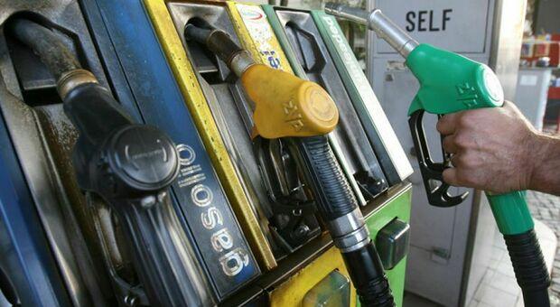 Benzina sfonda 1,6 euro al litro: massimo storico da due anni