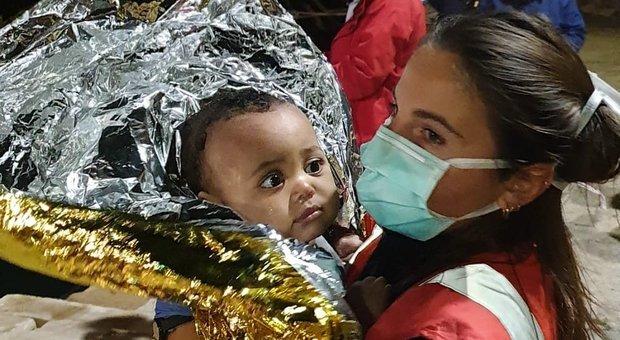 Migranti, naufragio davanti Lampedusa: recuperati i corpi di 5 donne. Si cercano altri dispersi (Foto Cisom)