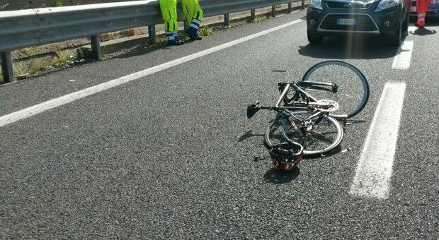 Roma, ciclista travolto e ucciso sulla Collatina: muore a 51 anni, indagini in corso