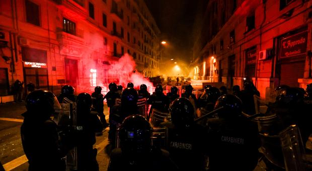 Coprifuoco, scontri e rivolta a Napoli. La commissione Antimafia: «Dietro c'era la regia dei clan di camorra»