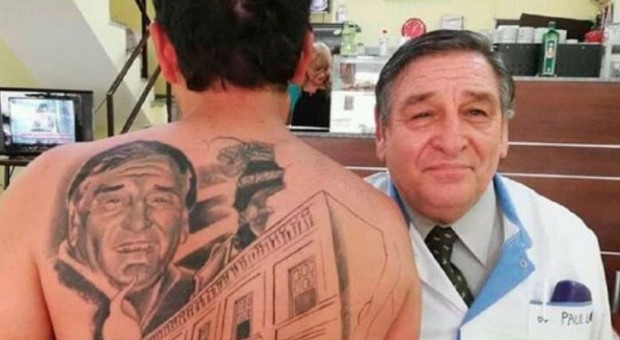 The patient is tattooed on the back of the face of # a physician who saved his life