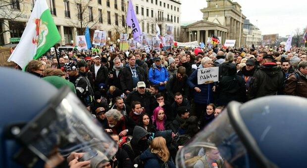 Berlino, negazionisti in piazza contro le politiche anti-Covid: 365 arresti