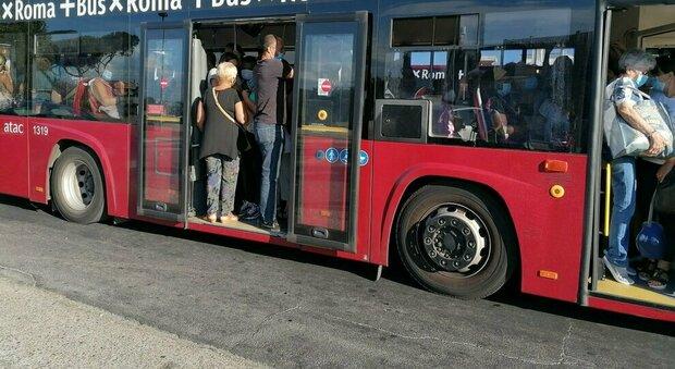 Roma, paura sul 719: bus ritarda, due ragazzi aggrediscono l'autista e lo prendono a sassate