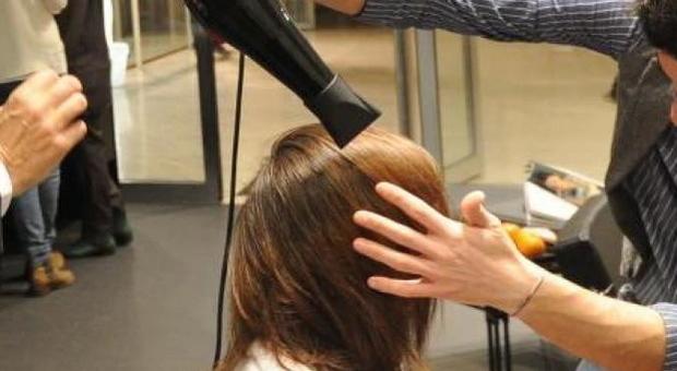 Il parrucchiere non fa lo scontrino e le fatture alle clienti: negozio chiuso
